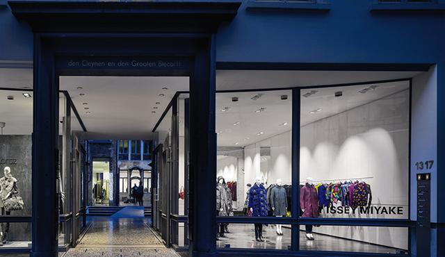 In Der Monolabel Boutique Von Gustav Bruynseraede, Am Eiermarkt Mitten In  Antwerpens Altstadt, Werden Exklusiv Für Ganz Belgien Die Ausgefallenen ...